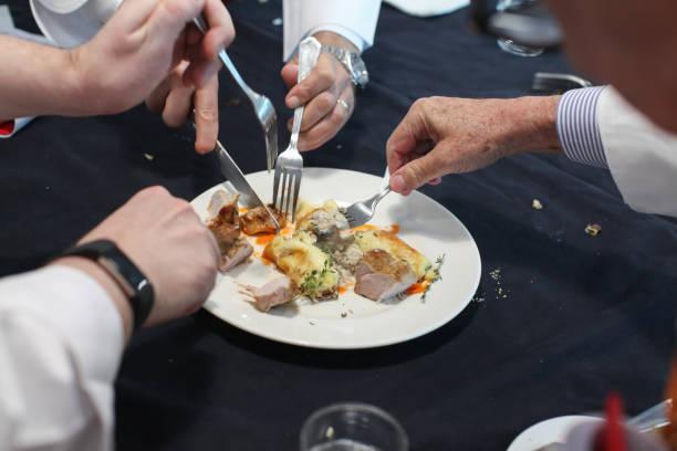 Der verschwommene Hintergrund der Gruppe von Feinschmeckern teilt das Essen im Gericht nach Geschmack. – Foto