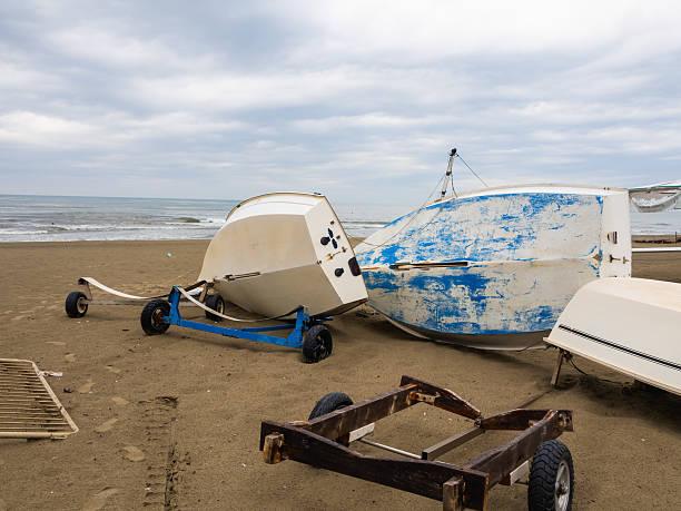 La barca caduta sulla spiaggia - foto stock