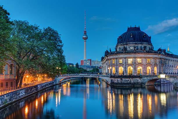 die bodemuseum in berlin im morgengrauen - brücke museum berlin stock-fotos und bilder