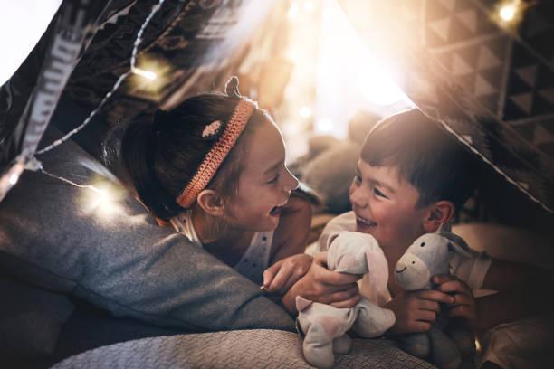 die bindung zwischen geschwistern - deckenleuchte kinderzimmer stock-fotos und bilder