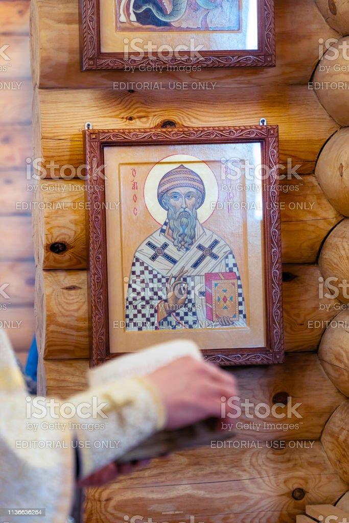 O livro está nas mãos de um sacerdote. - foto de acervo