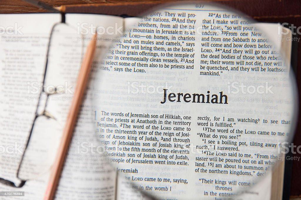 Jeremiah el libro de lectura de la nueva versión Internacional - foto de stock