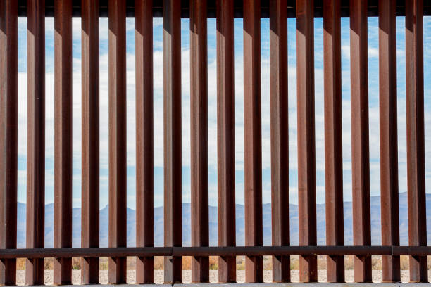 the border wall along the texas and mexico border - barricata foto e immagini stock