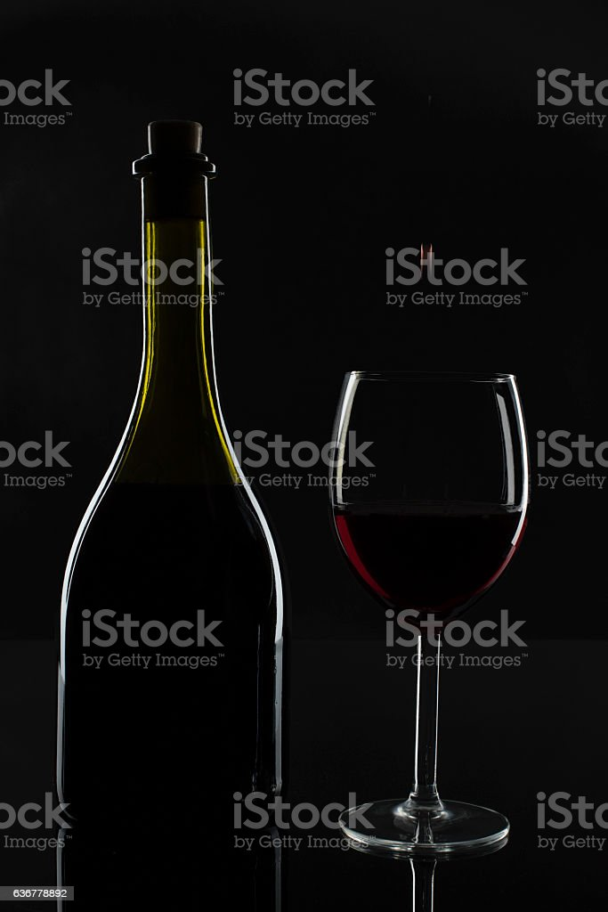 The bottle of wine and the glass – zdjęcie