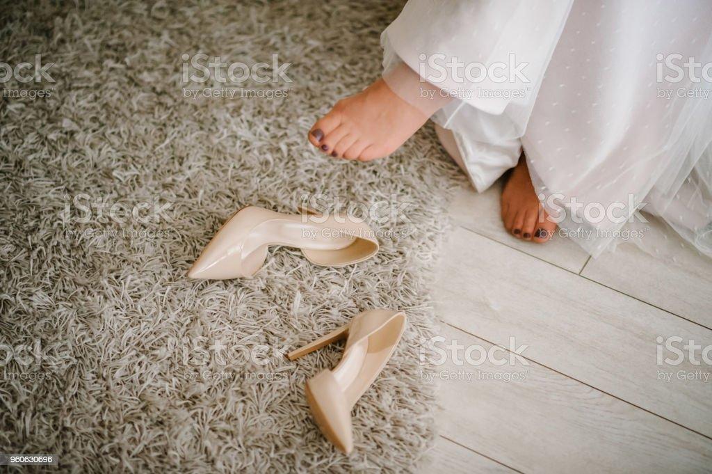 La Parte Inferior Del Vestido Zapatos De Novia Color Beige Y