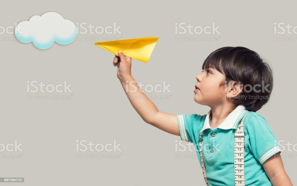 Le garçon lance un avion en papier - Photo