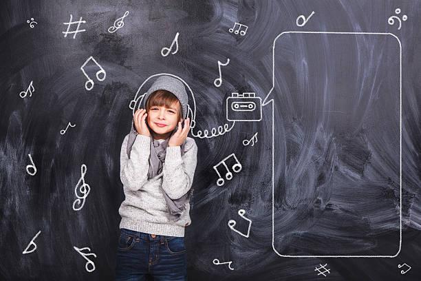 Der junge hört Musik – Foto