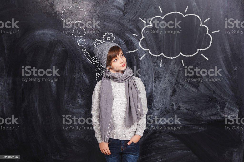 Der junge sieht in einer Wolke auf Tafel gezeichnet – Foto