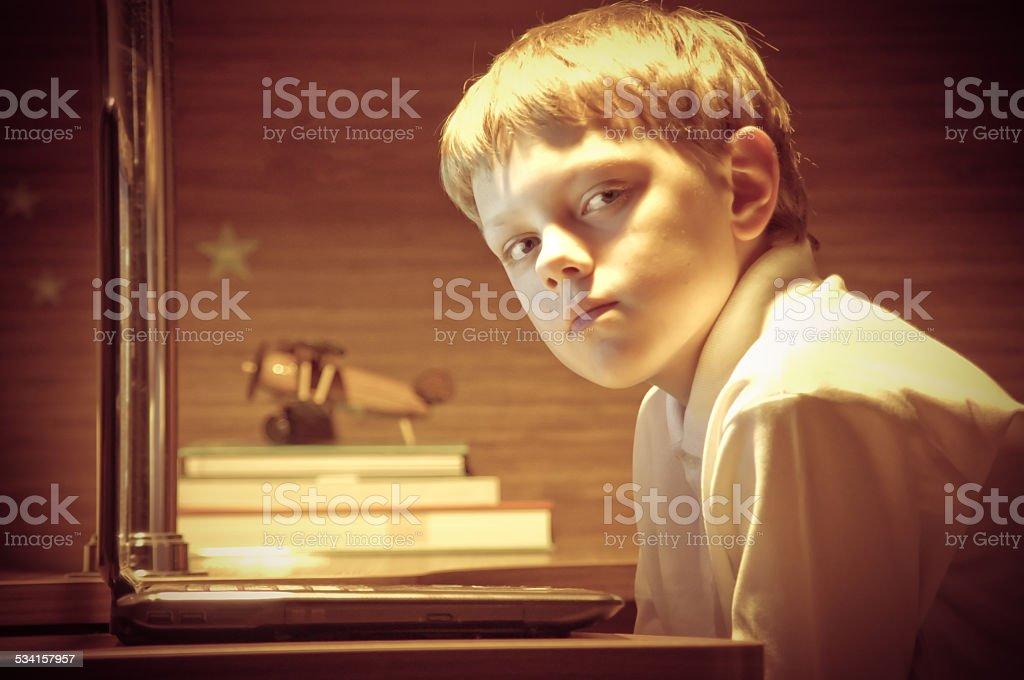 Chłopiec Patrząc na kamery – zdjęcie