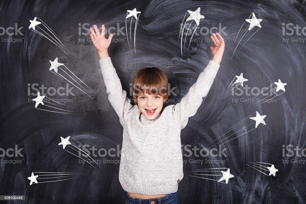 Der junge heben die Hände nach oben – Foto