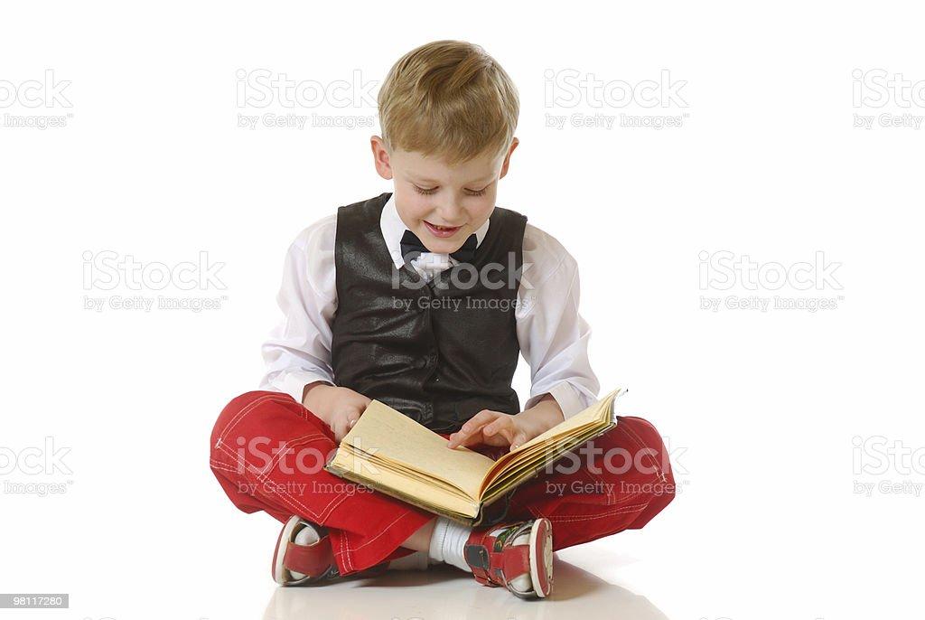 이 남자아이 읽기 예약 royalty-free 스톡 사진