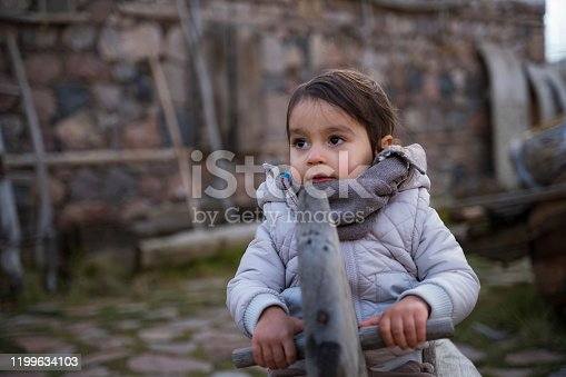 Köy evinde yaşayan çocuk
