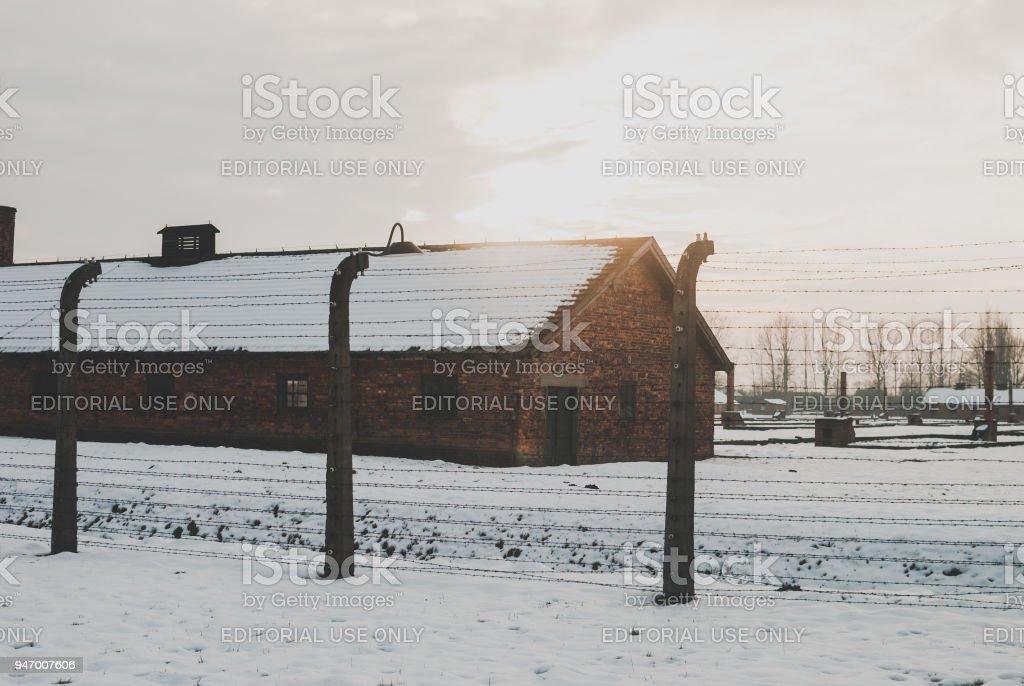 Der gemauerte Hütte im KZ Auschwitz. Stacheldrahtzaun – Foto