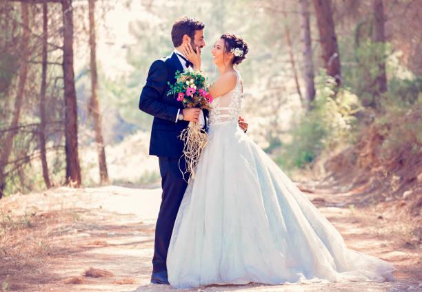 Die Braut und der Bräutigam posieren in der Natur. – Foto