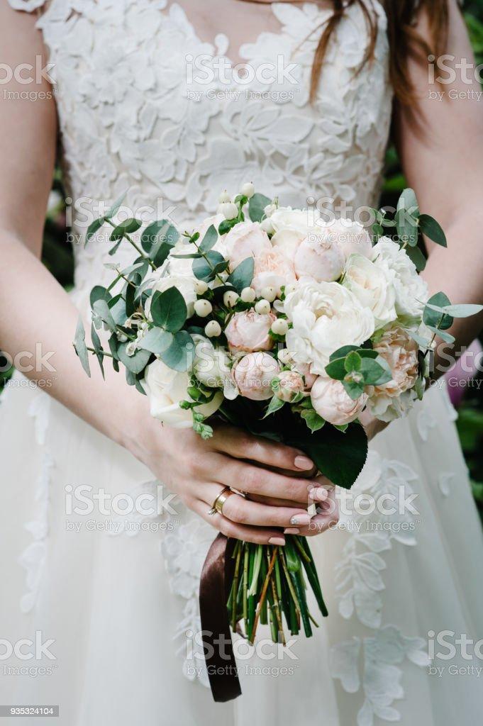 Die Braut Im Weissen Kleid Halten Eine Schone Hochzeit Bouquet Von
