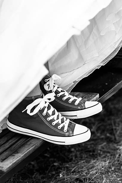 A noiva vestindo calçados esportivos. - foto de acervo