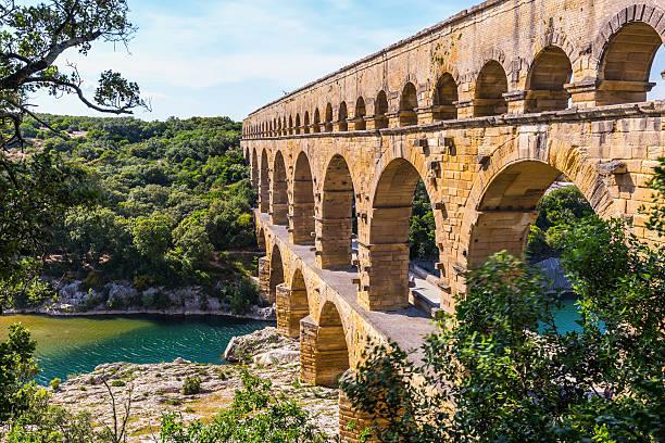 the bridge was built in roman times - pont du gard stockfoto's en -beelden