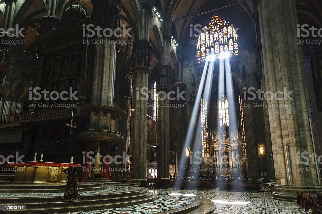 Lumineuse rayon de lumière à l'intérieur de la cathédrale de Milan, Italie - Photo