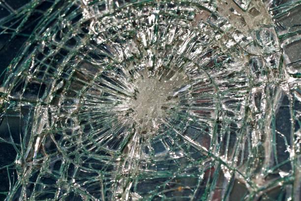 Die zerbrochene Windschutzscheibe bei dem Autounfall – Foto