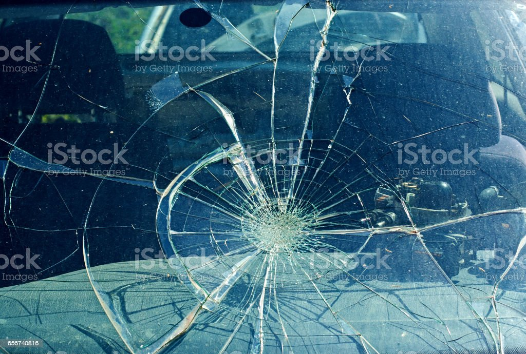 The broken windshield in the car accident – zdjęcie