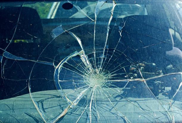 Der gebrochene Windschutzscheibe in Autounfall verwickelt – Foto