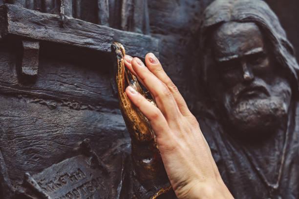die Bronzehand des Denkmals zu einem Glanz poliert – Foto