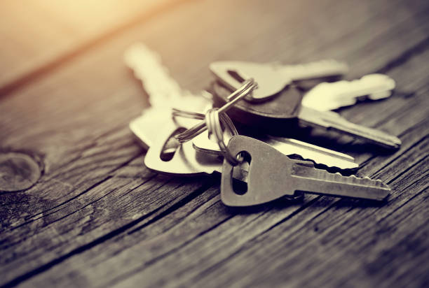 O molho de chaves em uma mesa de madeira. - foto de acervo