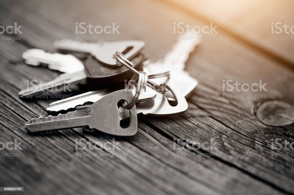 The bunch of keys on a wooden table. - foto de stock