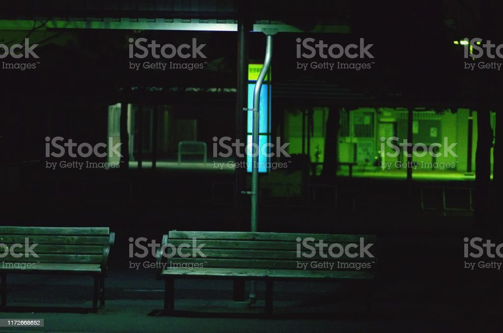 バス停は夜に点灯した。 - イルミネーションのロイヤリティフリーストックフォト