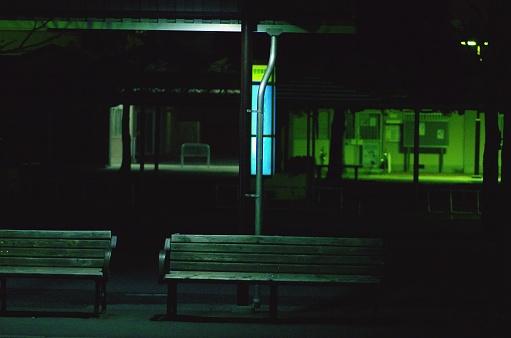 バス停は夜に点灯した - イルミネーションのストックフォトや画像を多数ご用意