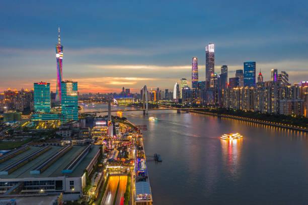 guangzhou pearl nehri 'nin her iki tarafındaki iş merkezleri gün batımında aydınlatıldı. - guangdong i̇li stok fotoğraflar ve resimler