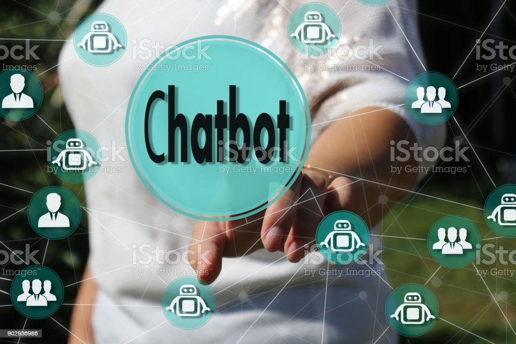 Die Geschäftsfrau wählt Chatbot einen Touch-Screen. Das Konzept der ein Chatbot in einem globalen Netzwerk – Foto
