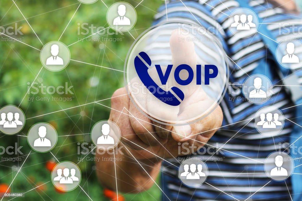 O empresário clica no botão VOIP na tela de toque - foto de acervo