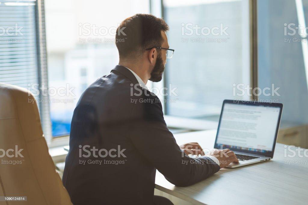 El empresario en gafas trabajando con un ordenador portátil - Foto de stock de A la moda libre de derechos