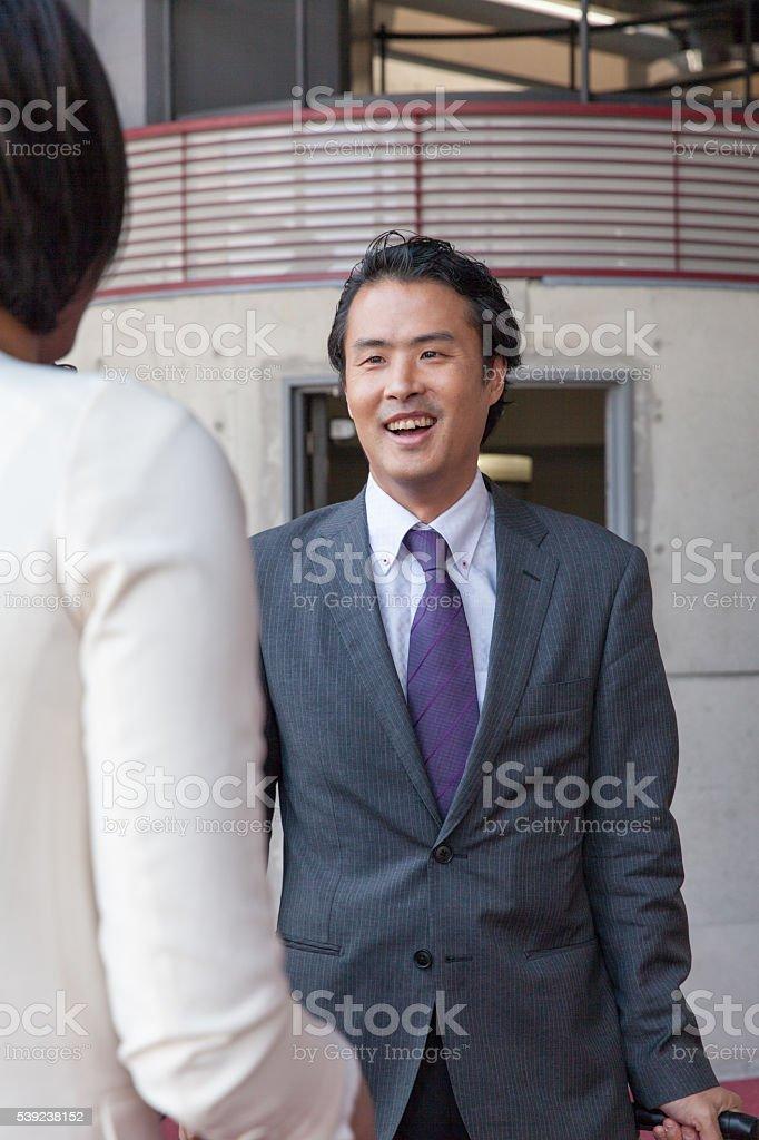 taaliking hombre de negocios en el lobby, en la oficina foto de stock libre de derechos