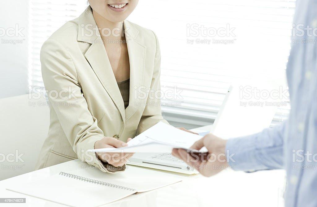 Der Geschäftsfrau, die Dokumente erhalten – Foto