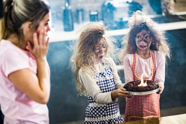 der kuchen ist ein wenig verbrannt mami! - fails zum thema eltern stock-fotos und bilder