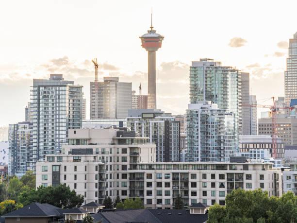 Der Calgary Tower mit Wohngebäuden gegen den Himmel – Foto