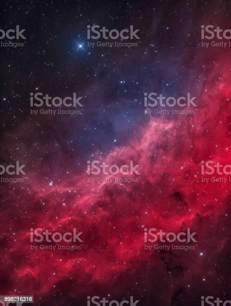 Photo libre de droit de La Nébuleuse De La Californie Dans La Constellation De Persée Avec La Menkib Star Lumineux banque d'images et plus d'images libres de droit de Abstrait