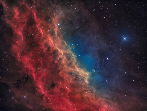Der California-Nebel im Sternbild Perseus mit dem hellen Stern Menkib – Foto