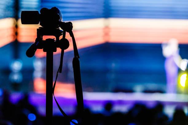 der camcorder dreht die szene mit einem gelben hintergrund - film oder fernsehvorführung stock-fotos und bilder