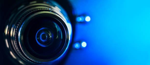 카메라 렌즈와 청색 백라이트. 수평 사진. 배너 - 미디어 장비 뉴스 사진 이미지