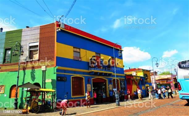 Photo libre de droit de La Rue Caminito Du Quartier De La Boca Dans La Ville De Buenos Aires banque d'images et plus d'images libres de droit de Affaires