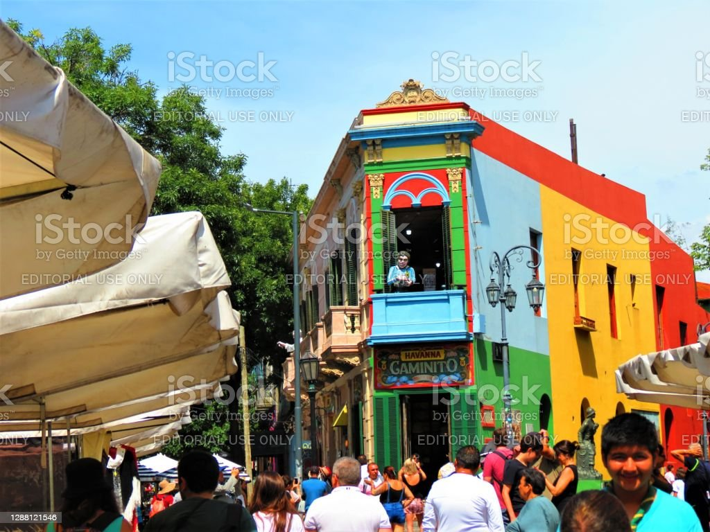 Улица Каминито в районе Ла Бока в Буэнос-Айресе. - Стоковые фото Boca Juniors de Argentina роялти-фри