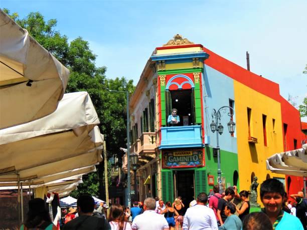 la via caminito del quartiere la boca nella città di buenos aires. - maradona foto e immagini stock