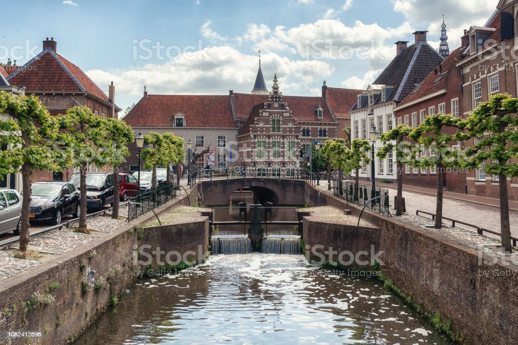 Het kanaal Eem in de oude binnenstad van de Nederlandse stad Amersfoort foto