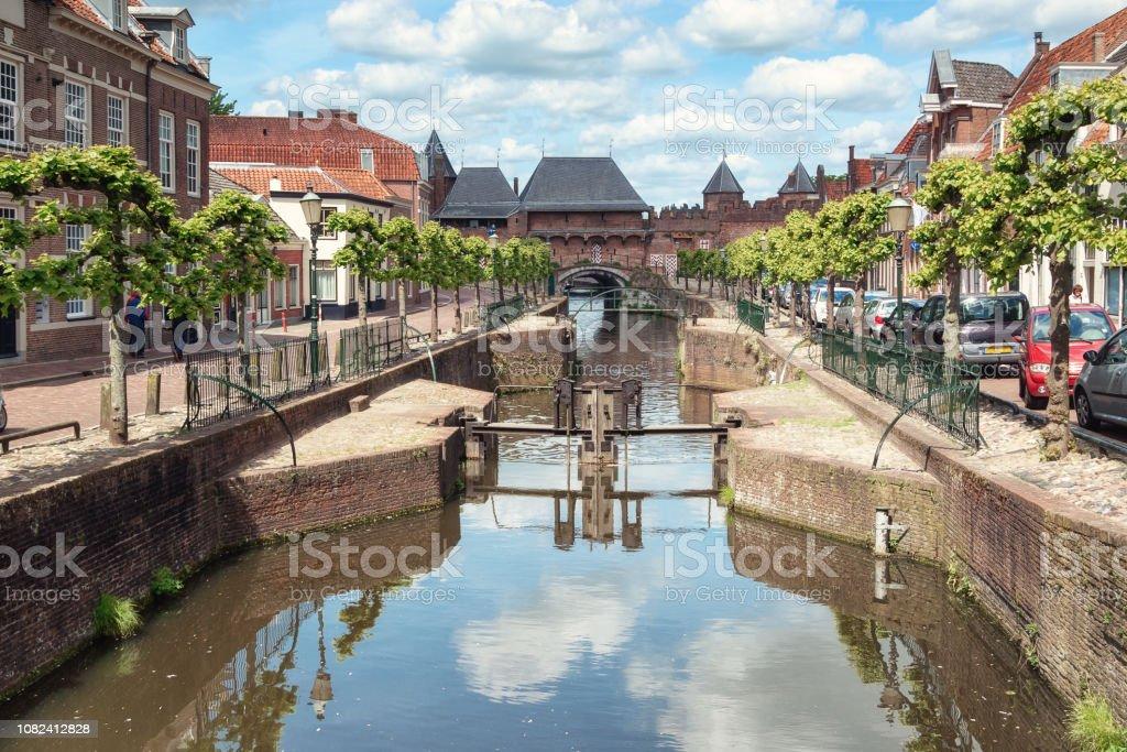 Het kanaal Eem met op de achtergrond de middeleeuwse poort de Koppelpoort in de Nederlandse stad Amersfoort foto