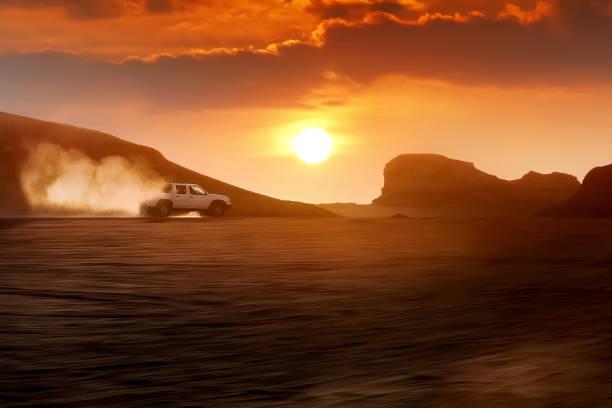 das auto fährt mit großer geschwindigkeit durch die wüste vor dem hintergrund des sonnenuntergangs. iran. kerman. dasht-e lut wüste. - rally stock-fotos und bilder