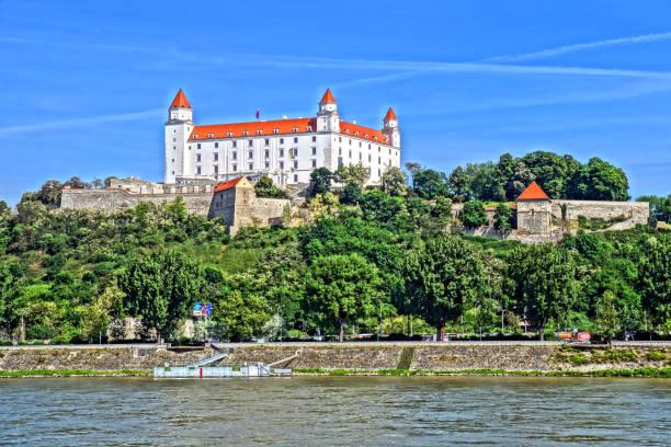 das schloss in den höhen von bratislava, slowakei - bratislava hotel stock-fotos und bilder