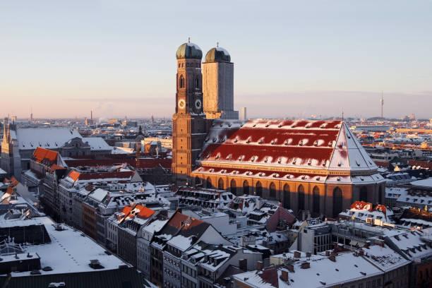 Die Kathedrale in München Wirth Schnee – Foto